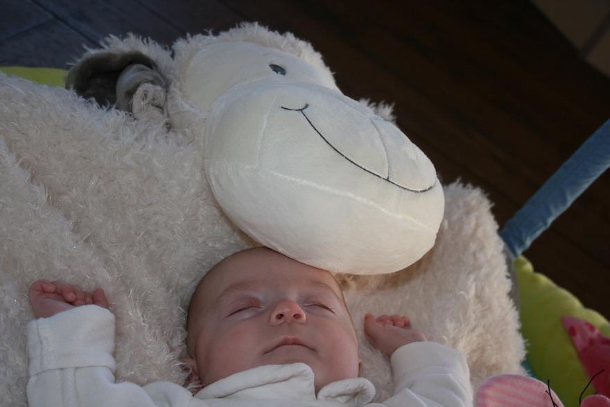Baby schläft im Kinderbett