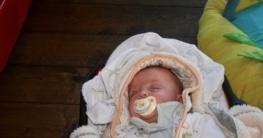 Baby schläft mit Schnuller