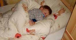 Kind schläft in eigenem Bett